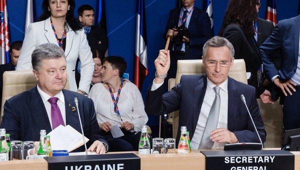 Президент Украины Петр Порошенко (слева) и генеральный секретарь НАТО Йенс Столтенберг на саммите НАТО в Варшаве