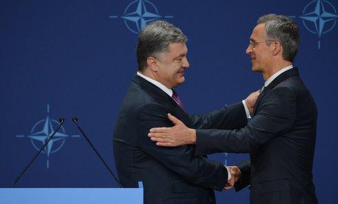 Президент Украины Петр Порошенко (слева) и генеральный секретарь НАТО Йенс Столтенберг во время встречи в рамках саммитс НАТО в Варшаве