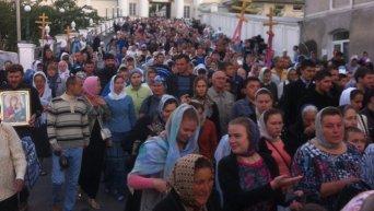 Верующие УПЦ выходят из Почаевской лавры