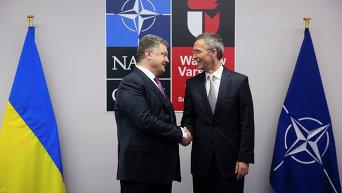 Президент Украины Петр Порошенко (слева) и генеральный секретарь НАТО Йенс Столтенберг во время встречи в рамках саммита НАТО в Варшаве