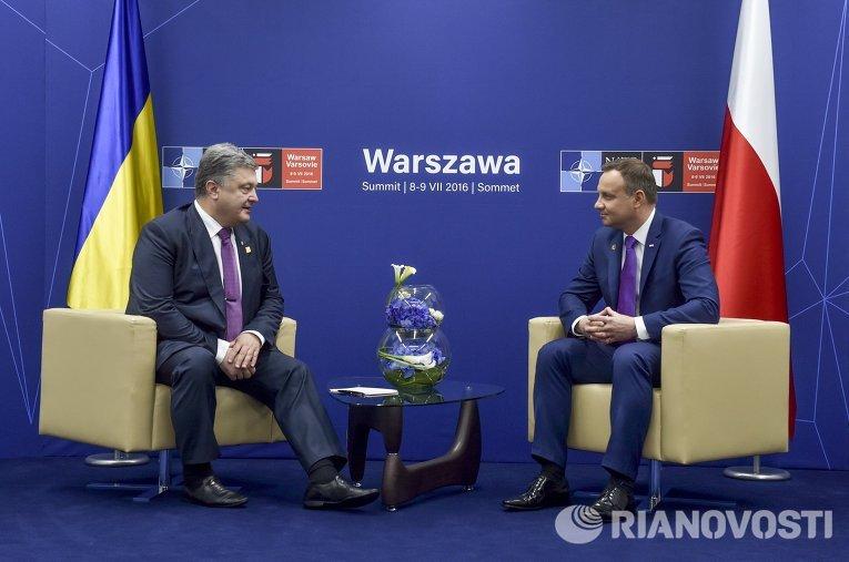 Президент Украины Петр Порошенко (слева) и президент Польши Анджей Дуда во время встречи в рамках саммита НАТО в Варшаве