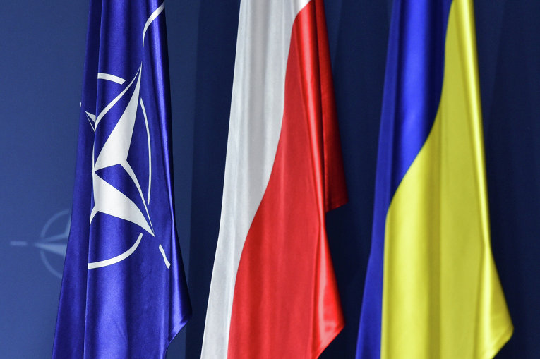 Флаги НАТО, Польши и Украины (слева направо) на саммите НАТО в Варшаве