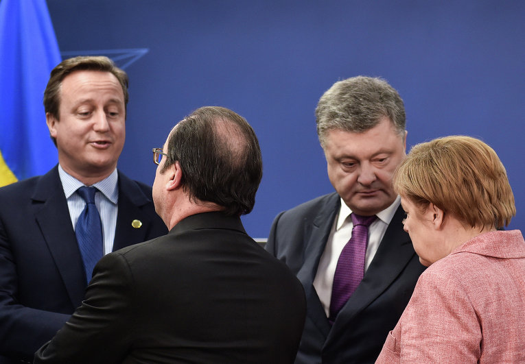 Премьер-министр Великобритании Дэвид Кэмерон, президент Франции Франсуа Олланд, президент Украины Петр Порошенко и федеральный канцлер ФРГ Ангела Меркель (слева направо) перед общим фотографированием на саммите НАТО в Варшаве.