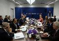 Президент Франции Франсуа Олланд (за столом второй слева), президент Украины Петр Порошенко (за столом четвертый слева), премьер-министр Италии Маттео Ренци (за столом пятый слева) премьер-министр Великобритании Дэвид Кэмерон (второй справа), президент США Барак Обама (за столом четвертый справа) и федеральный канцлер ФРГ Ангела Меркель (за столом пятая справа) во время встречи в рамках саммита НАТО в Варшаве
