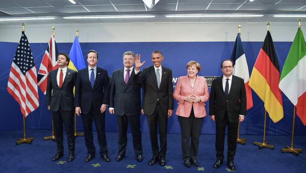 Премьер-министр Италии Маттео Ренци, премьер-министр Великобритании Дэвид Кэмерон, президент Украины Петр Порошенко, президент США Барак Обама, федеральный канцлер ФРГ Ангела Меркель и президент Франции Франсуа Олланд (слева направо) во время общего фотографирования на саммите НАТО в Варшаве