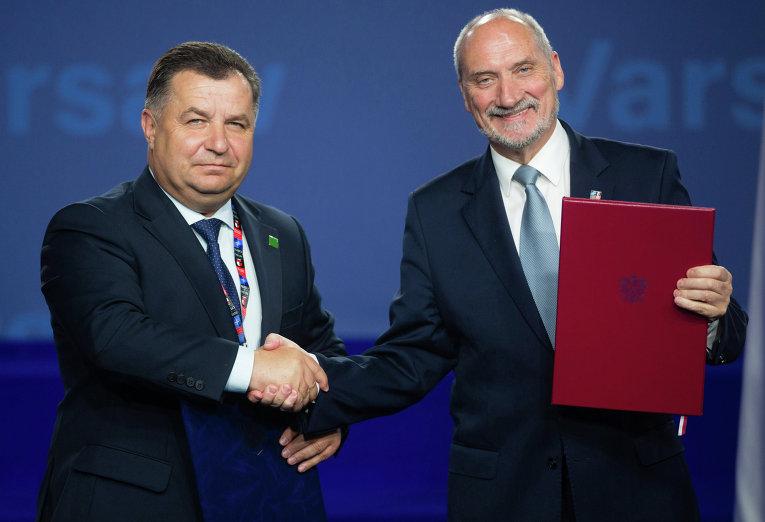 Министр обороны Украины Степан Полторак (слева) и министр обороны Польши Антоний Мацеревич во время подписания соглашения на саммите НАТО в Варшаве