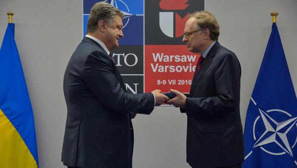 Президент Петр Порошенко в Варшаве вручил орден князя Ярослава Мудрого V степени заместителю Генерального секретаря НАТО Александру Вершбоу