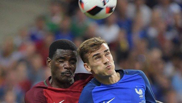 Игрок сборной Португалии Виллиам де Карвалью (слева) и игрок сборной Франции Антуан Гризманн