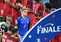 Игрок сборной Франции Антуан Гризманн покидает поле после поражения команды в финальном матче чемпионата Европы по футболу