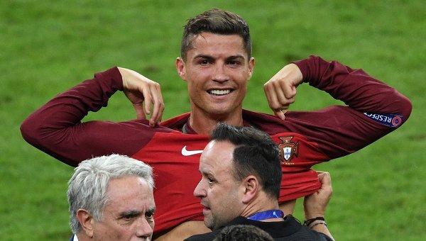 Игрок сборной Португалии Криштиану Роналду после окончания финального матча.