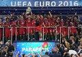 Игроки сборной Португалии на церемонии награждения чемпионата Европы по футболу - 2016 после финального матча между сборными командами Португалии и Франции.