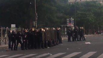 Столкновения болельщиков и полиции в Париже после финала EURO-2016. Видео