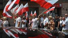 Национальные флаги на марше памяти в Польше