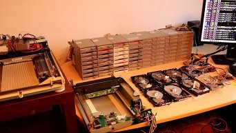 Поляк собрал компьютерный оркестр из 64 дисководов, 8 HD и 2 сканеров. Видео