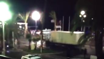 Камера засняла момент наезда грузовика на толпу в Ницце. Видео