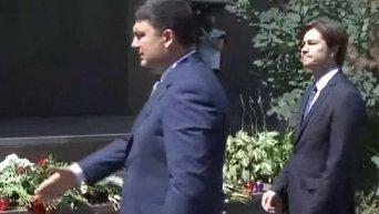 Гройсман возложил цветы возле посольства Франции в Украине. Видео