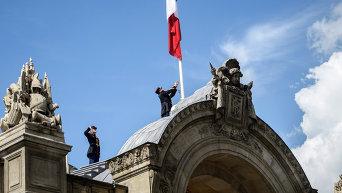 Республиканская гвардия опускает французский национальный флаг приспущен в Елисейском дворце в Париже