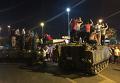 Жители Турции вышли на улицы против военного переворота в стране