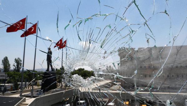 Окно полицейского участка в Анкаре после госпереворота