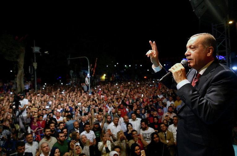 Президент Турции Тайип Эрдоган обращается к своим сторонникам возле своей резиденции в Стамбуле, Турция