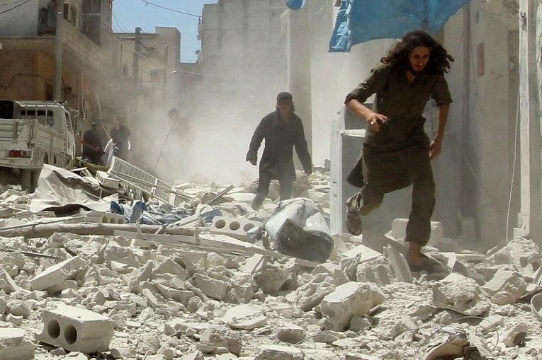 Разрушенные зданий ударами с воздуха в городе Идлиб, Сирия