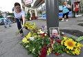 Женщина возлагает цветы на месте, где погиб журналист Павел Шеремет в центре Киева 20 июля 2016 года