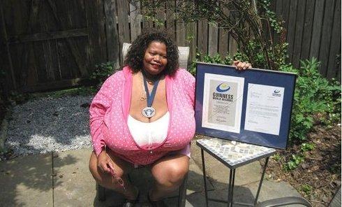 Женщина с самой гигантской грудью в мире