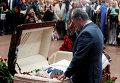 Президент Украины Петр Порошенко на церемонии прощания с погибшим журналистов Павлом Шереметом.