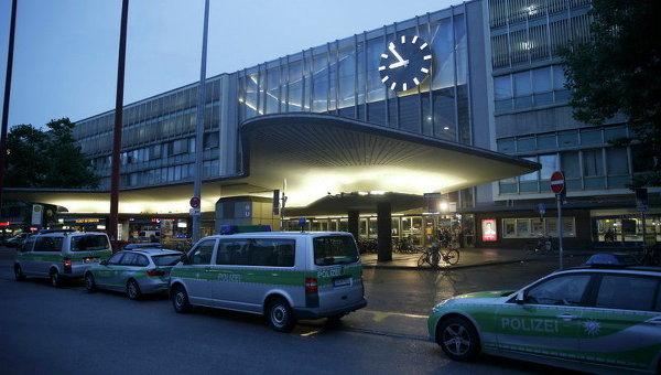 Полицейские автомобили стоят у главной железнодорожной станции после стрельбы в торговом центре Олимпия в Мюнхене