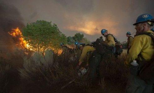 Сильный пожар возле Лос-Анджелеса