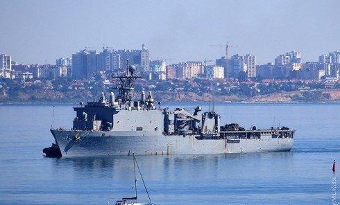 Большой десантный корабль USS Whitbey Island LSD41 6-го флота США