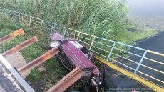 В Мариуполе автомобиль с военным упал в реку