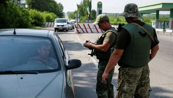 Украинские военнослужащие проверяют документы на КПП возле Славянска