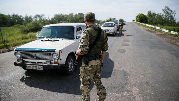 Украинские военнослужащие проверяют документы на КПП в Донбассе. Архивное фото