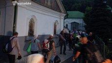 Участники Крестного хода вошли в Киев, ситуация у храма на Подоле