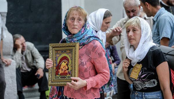 Верующие на территории Киево-Печерской лавры