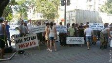 В Одессе рабочие завода устроили пикет и перекрыли фурами улицу