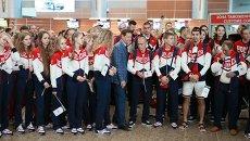 Президент Олимпийского комитета России Александр Жуков (в центре) во время проводов олимпийской сборной России в Рио-де-Жанейро в аэропорту Шереметьево