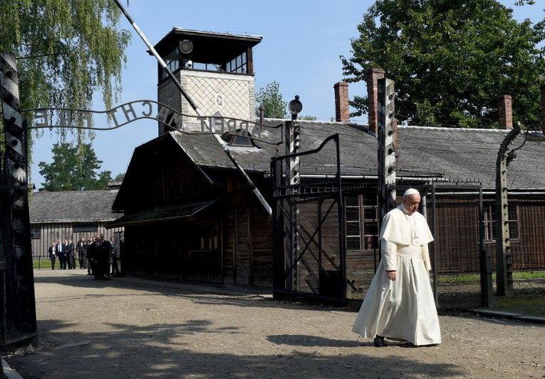 Папа Франциск посещает концлагерь Аушвиц в Польше