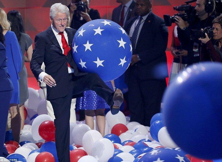 Билл Клинтон играет с надувными шарами