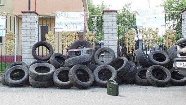 Бойцы Торнадо принесли покрышки под Оболонский суд Киева
