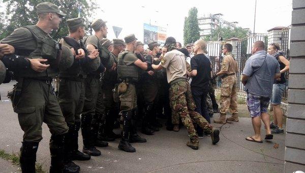 Столкновения бойцов Торнадо и полиции под Оболонским райсудом в Киеве