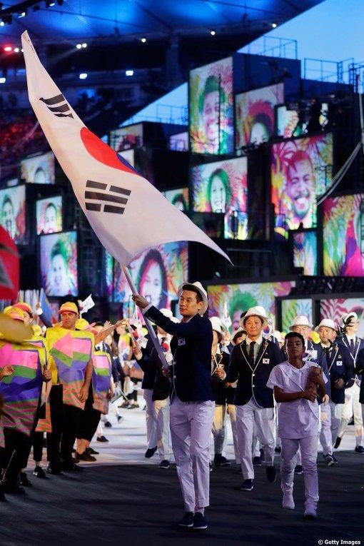 Парад спортсменов на церемонии открытия Олимпиады в Рио-де-Жанейро /