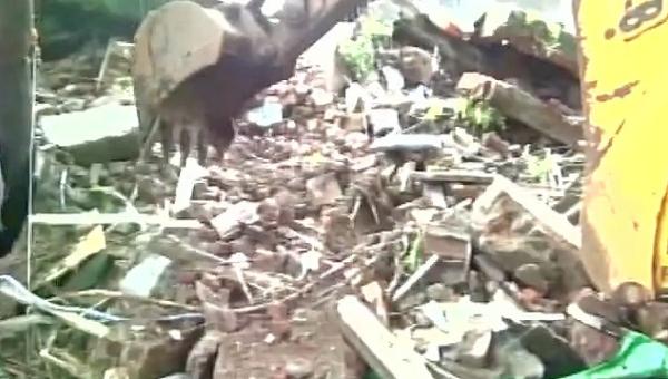 Назападе Индии обрушилось двухэтажное строение, под завалами остаются люди