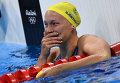 Сара Шестрем (Швеция) радуется 1-му месту в финальном заплыве на 100 м баттерфляем
