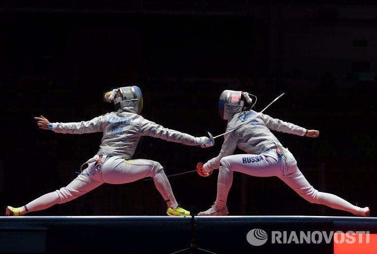 Яна Егорян (Россия) (справа) и Ольга Харлан (Украина) в поединке 1/2 финала индивидуального первенства по фехтованию на саблях среди женщин на XXXI летних Олимпийских играх.