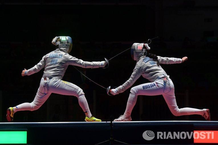 Ольга Харлан (Украина) Яна Егорян (Россия) (справа) в поединке 1/2 финала индивидуального первенства по фехтованию на саблях среди женщин на XXXI летних Олимпийских играх.