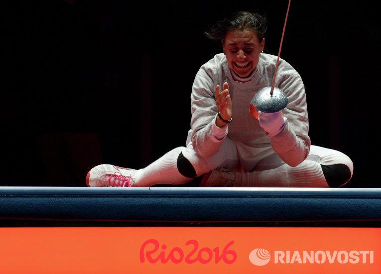 Яна Егорян (Россия) после завершения финального поединка индивидуального первенства по фехтованию на саблях среди женщин