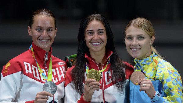 Призеры индивидуального первенства по фехтованию на саблях: Софья Великая - серебряная медаль, Яна Егорян - золотая медаль, Ольга Харлан - бронзовая медаль.