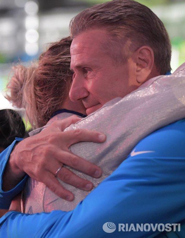 Ольга Харлан (Украина) и член МОК, старший вице-президент Международной ассоциации легкоатлетических федераций, олимпийский чемпион Сергей Бубка